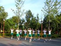 俏木蘭廣場舞《愛情針線》原創舞蹈 團隊正背面演示
